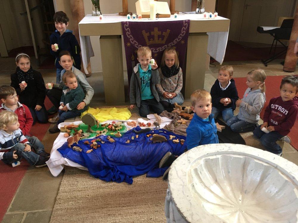 Fröhliche Kinder beim Gottesdienst mit kleinen Leuten (Foto: Alexander Schick)
